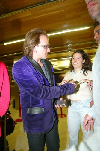 Bono, dressed up like a car crash? - Pagina 6 Bono1023